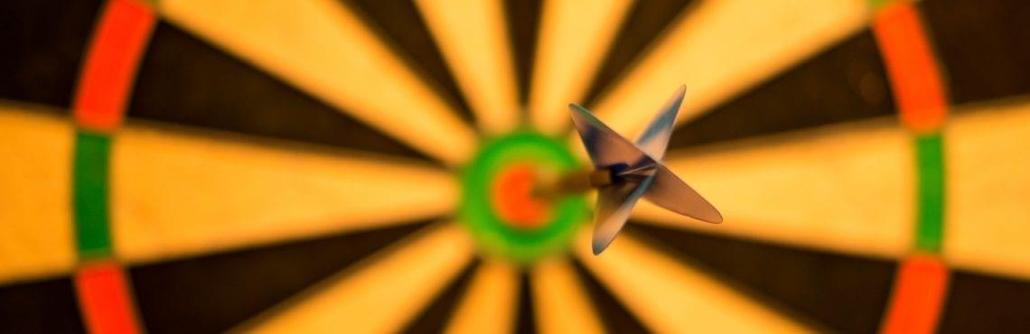 Bilden visar en pil som träffat i bulls eye.
